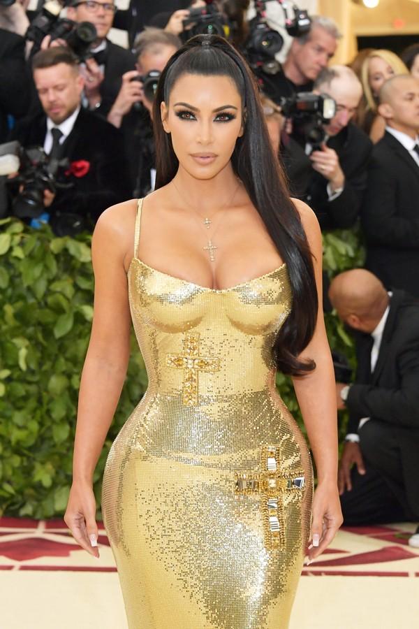 Kim Kardashian: adepta do iluminador no corpo (Foto: Getty Images)