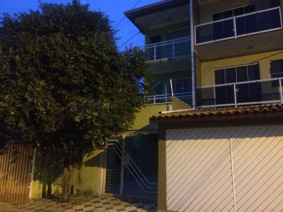 Idosa caiu da janela de casa, no bairro Três Meninos (Foto: Carlos Dias/G1)
