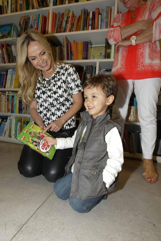 Eliana leva filho em lançamento de livro em SP (Foto: Leo Franco / Agnews)