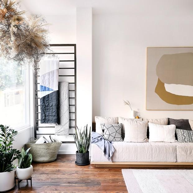 Décor do dia: sala de estar com cores claras e mantas