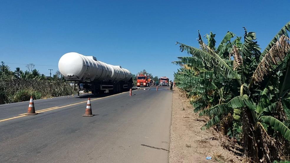 Tráfego foi interrompido nos dois lados da via para a realização da perícia (Foto: PRF/ Divulgação)
