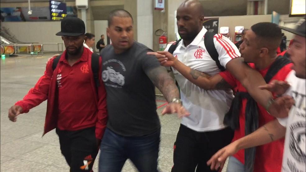 Rodinei foi hostilizado. Seguranças do Flamengo ajudaram no desembarque. Quatro torcedores estiveram no aeroporto — Foto: Edgard Maciel de Sá
