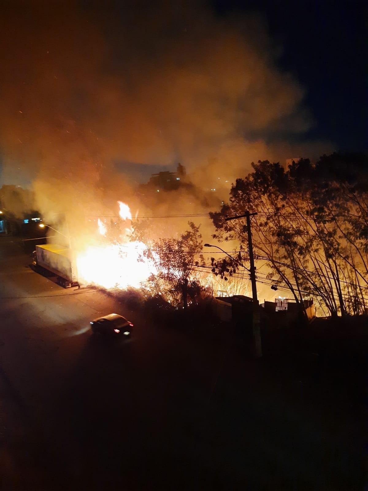 Corpo de Bombeiros controlam incêndio em vegetação no Bairro Ipiranga em Divinópolis
