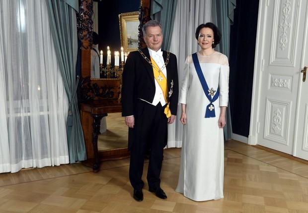 O presidente da Finlândia, Sauli Niinisto, e sua esposa, Jenni Haukio, posam para uma foto antes da recepção do Dia da Independência em Helsinque (Foto: Reuters)