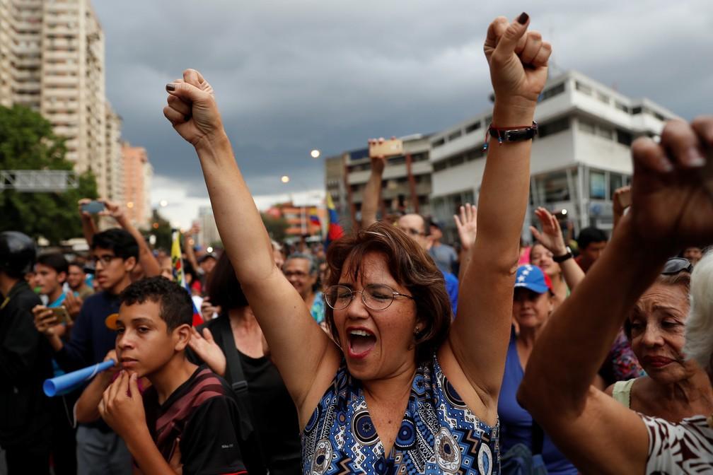 Venezuelanos protestam em meio a falta de água e luz no país — Foto: Carlos Garcia Rawlins/Reuters