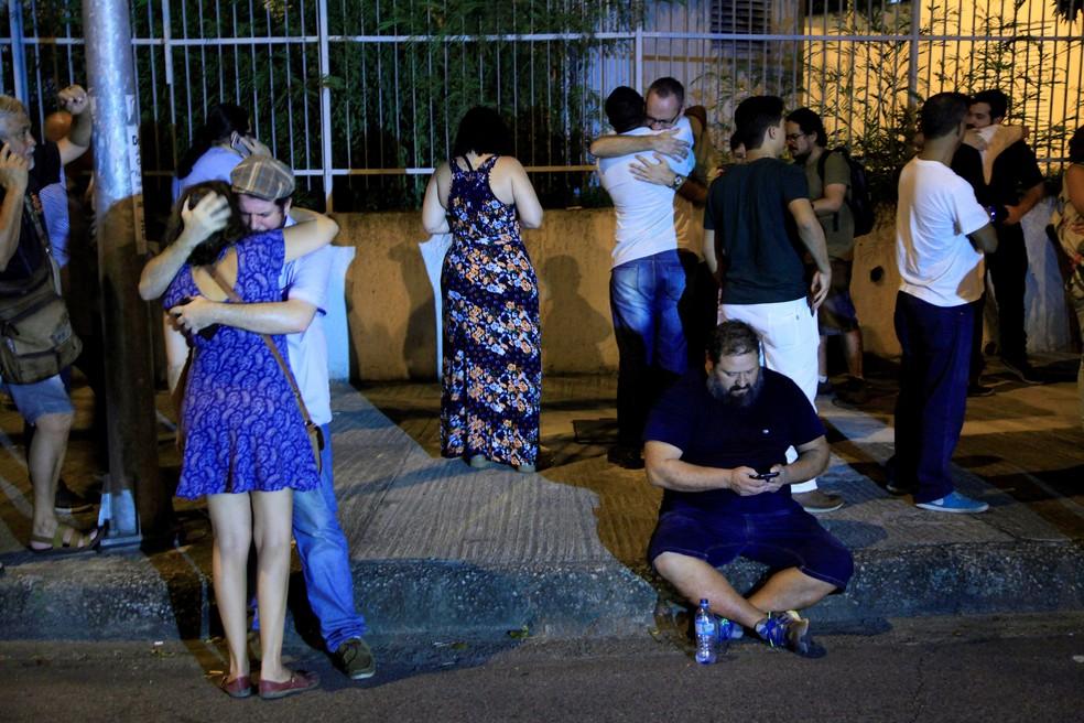 Pessoas se reúnem perto do local onde a vereadora foi morta (Foto: Uanderson Fernandes / Agência O Globo )