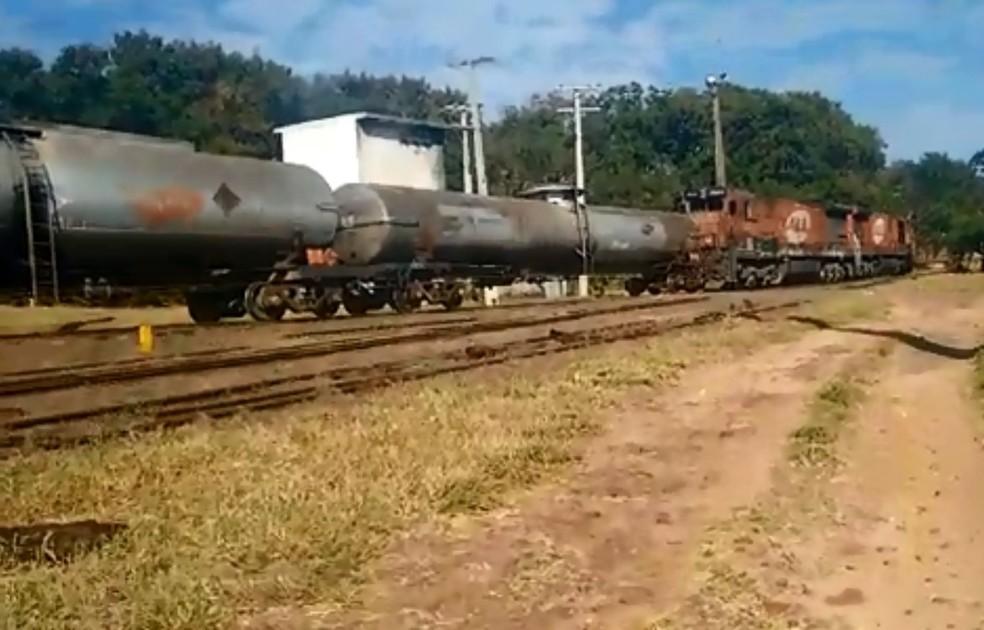 Trem descarrilou na manhã desta terça-feira no Jardim Guadalajara em Bauru (Foto: Divulgação)