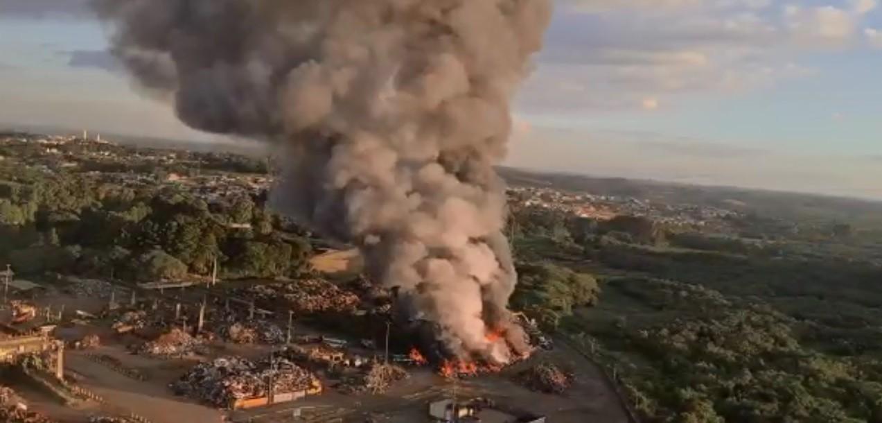 Incêndio atinge pátio com sucata de fábrica de aço, em Araucária