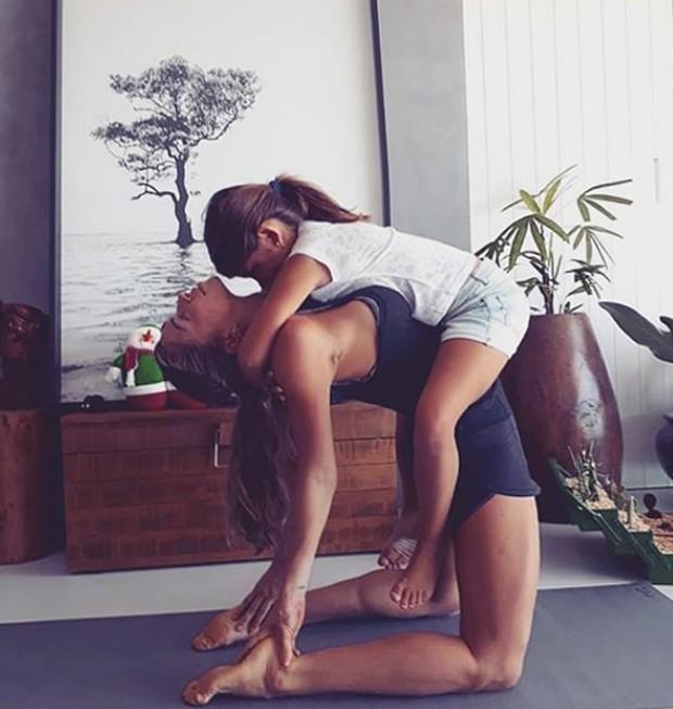 Grazi Massafera pratica yoga junto a sua filha (Foto: Instagram/ Reprodução)