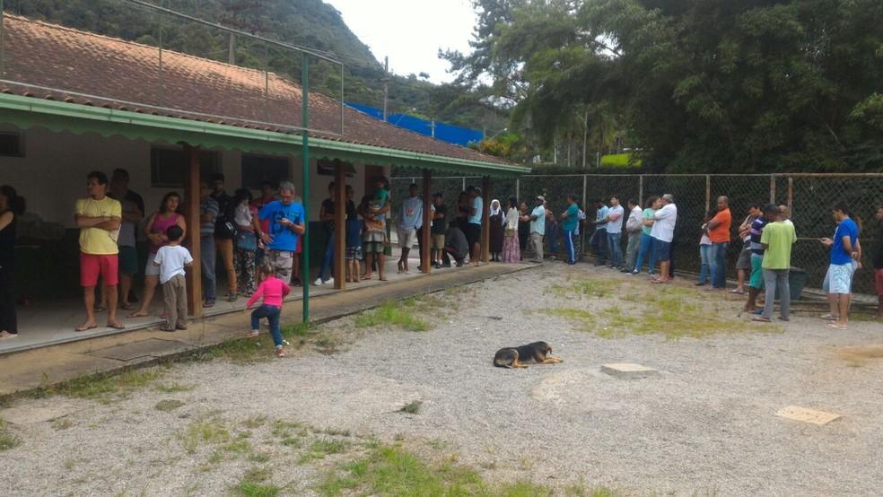 Posto de Saúde de Albuquerque, em Teresópolis, teve fila na manhã deste sábado (13).  (Foto: Rogério de Paula | Inter TV)