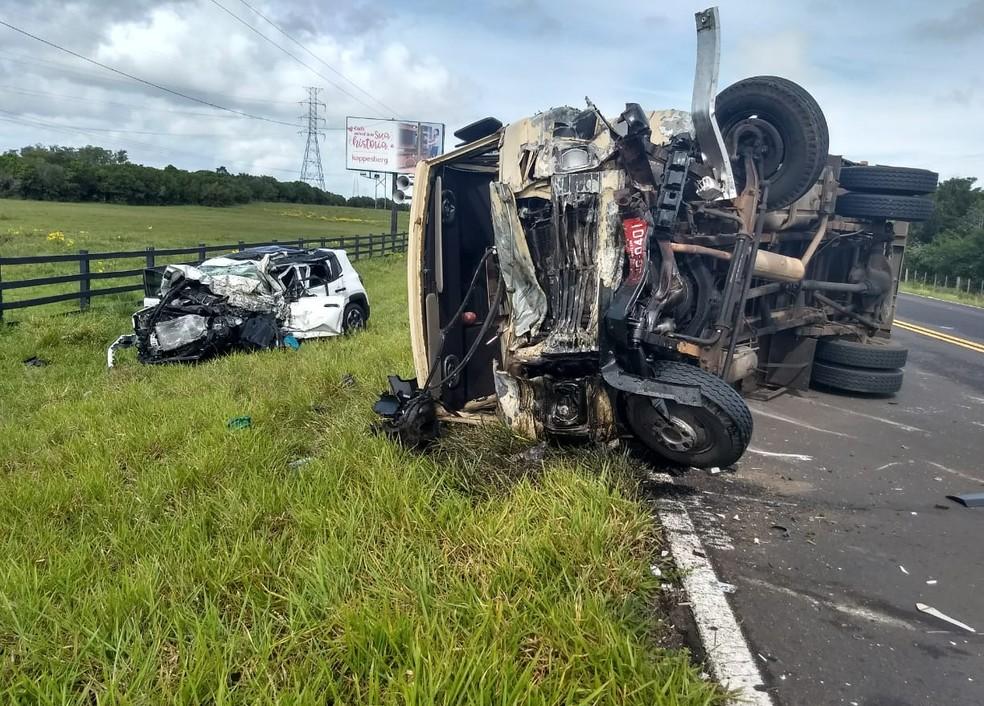 Acidente entre carro com placas de Porto Alegre e caminhão deixou uma vítima.  — Foto: Divulgação/CRBM