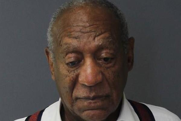 Bill Cosby no momento em que foi conduzido para o presído após julgamento (Foto: getty)