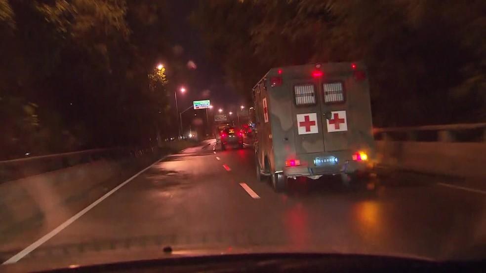 Comboios de militares puderam ser vistos em vários pontos do Rio no começo da manhã desta quarta-feira (7) (Foto: Reprodução/ TV Globo)