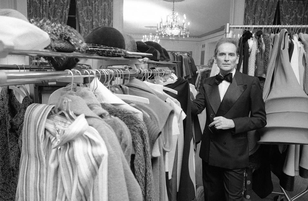 Pierre Cardin no camarim do Hotel Pierre em Nova York, em foto de outubro de 1975 — Foto: Ray Stubblebine/AP/Arquivo