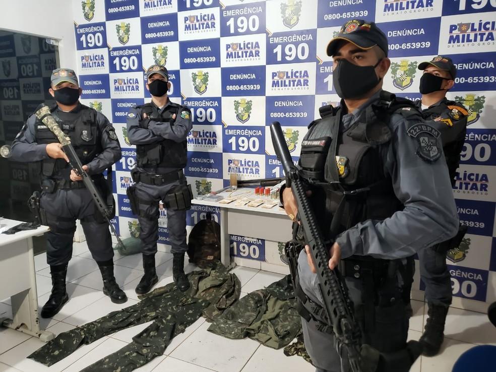 Ele foi preso com armas, R$ 7,3 mil em dinheiro e várias roupas camufladas usadas nos roubos — Foto: Polícia Militar de Mato Grosso