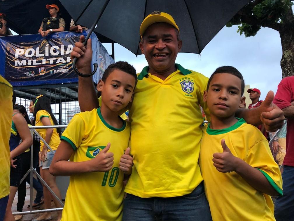 Extremamente feliz, Josué Ivanildo comemora com os filhos, na capital pernambucana, a vitória do Brasil (Foto: Marina Meireles/G1)