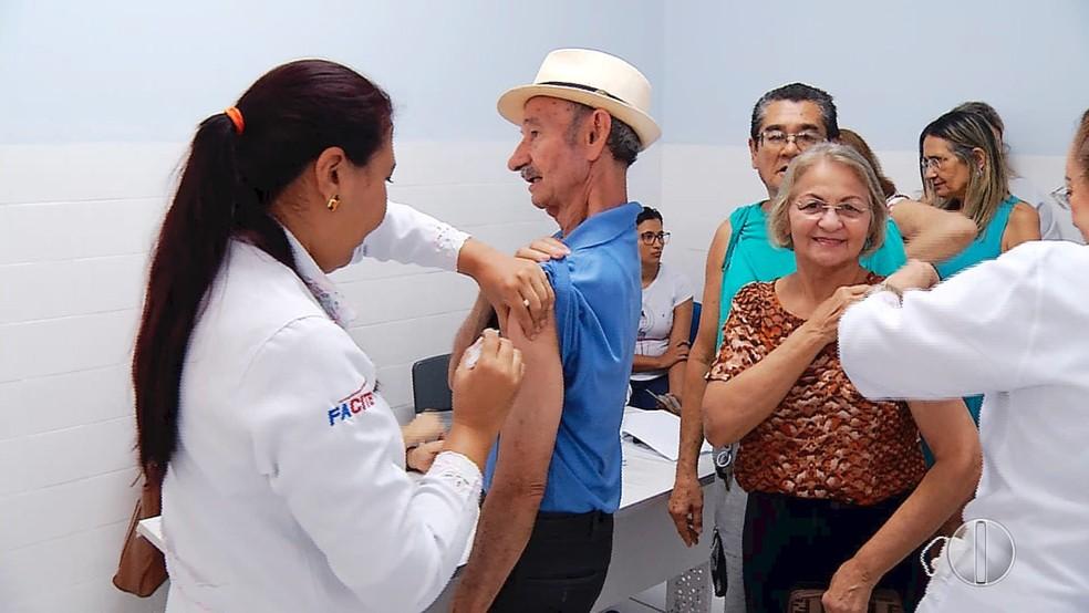Populares conseguem se vacinar após enfrentar filas em Natal (Foto: Reprodução/Inter TV Cabugi)