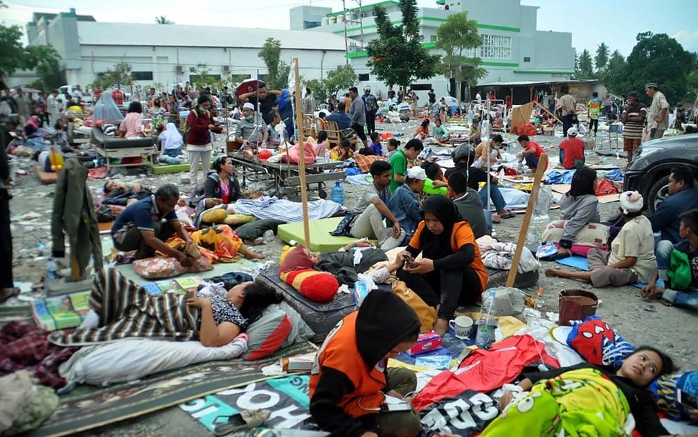 Feridos são atendidos nas ruas de Palu — Foto: Muhammad Rifki / AFP