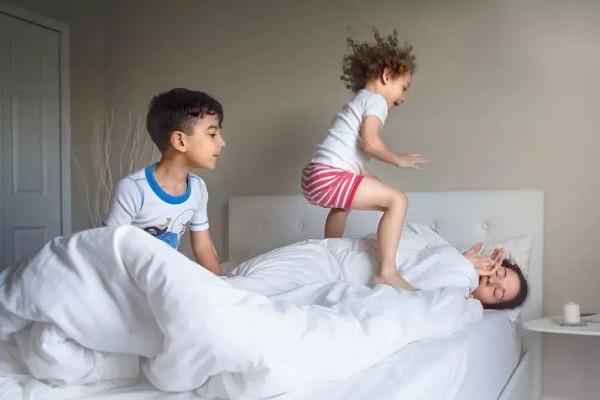 Crianças pulam na cama ao redor de mãe tentando dormir (Foto: Reprodução/Pictures By GG)