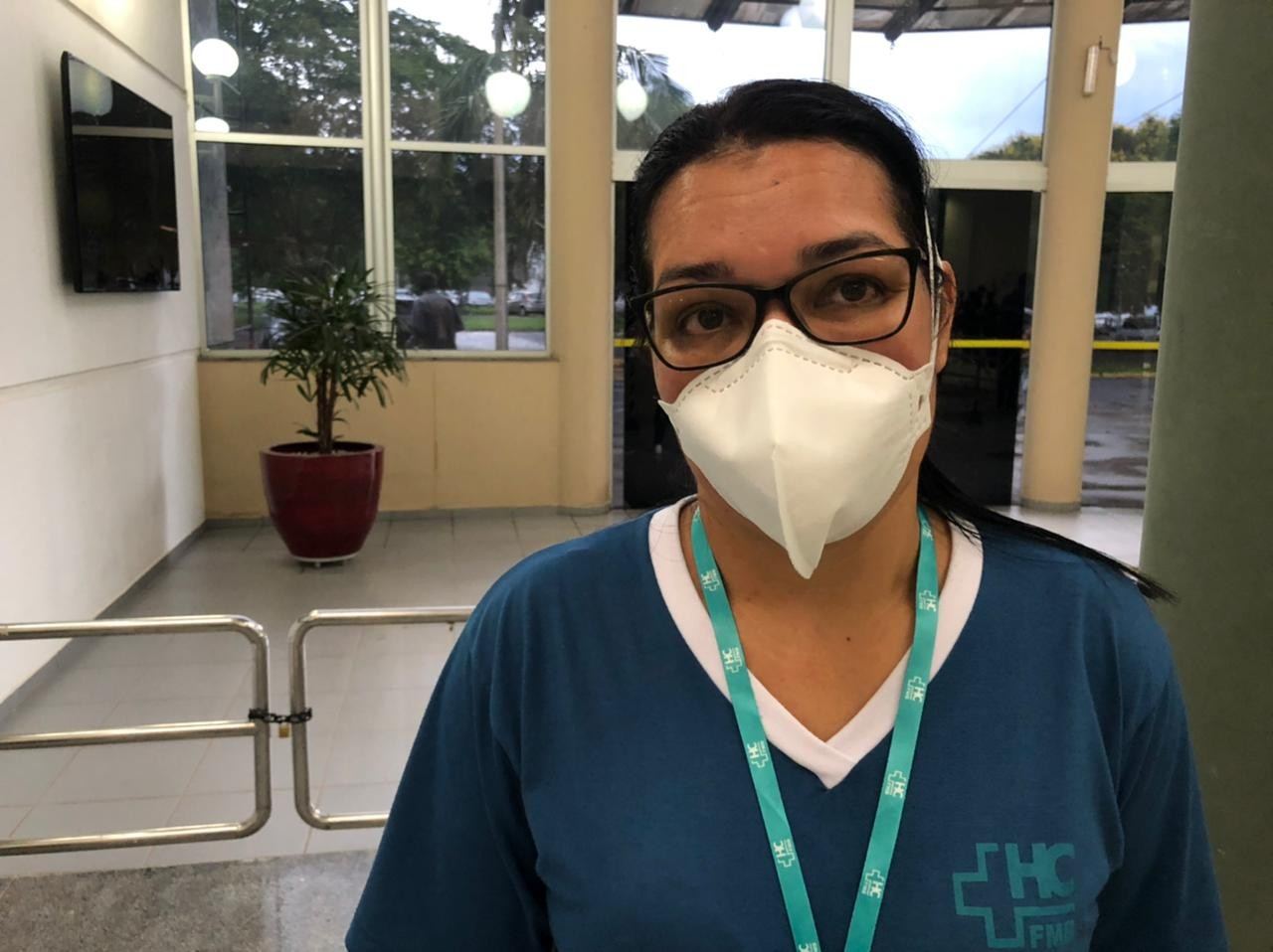 Técnica de enfermagem vacinada lembra que marido morto pela Covid pediu para ela não desistir da profissão: 'Coração emocionado'