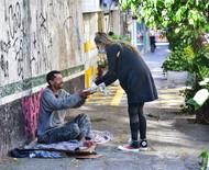 Adriane Galisteu entrega marmitas no centro de São Paulo
