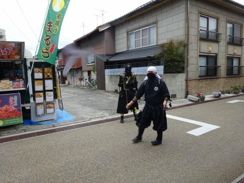 Ninjas passeiam por Iga durante o festival de 2016 (Foto: Reprodução/Facebook)