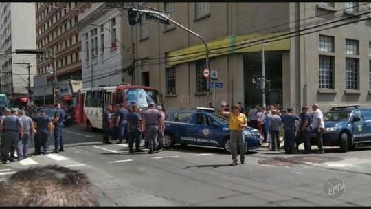 Vídeo mostra momento em que guarda municipal é feito refém por criminoso no Centro de Campinas