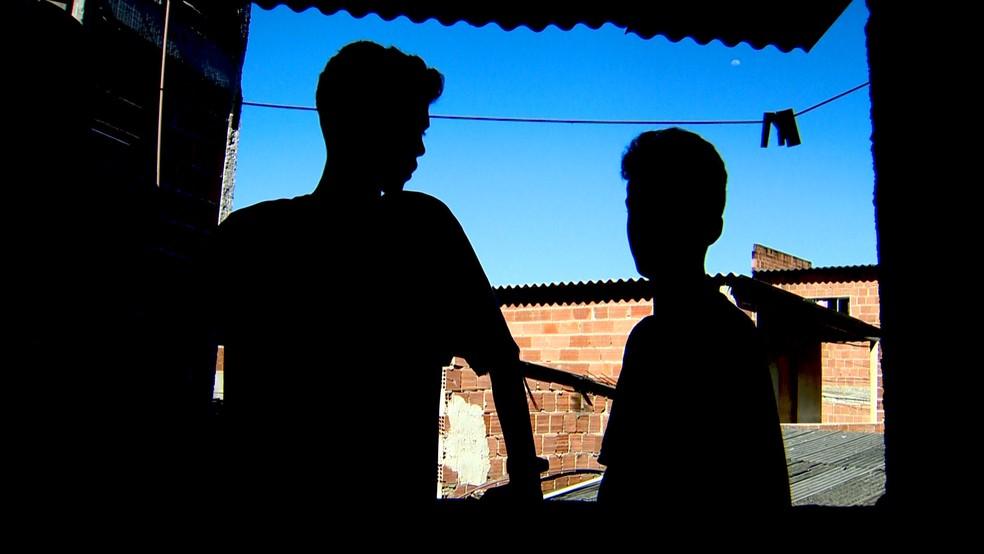 Um dos amigos do menino teve a cabeça batida contra a perede pelo PM  — Foto: Fabrício Christ/ TV Gazeta