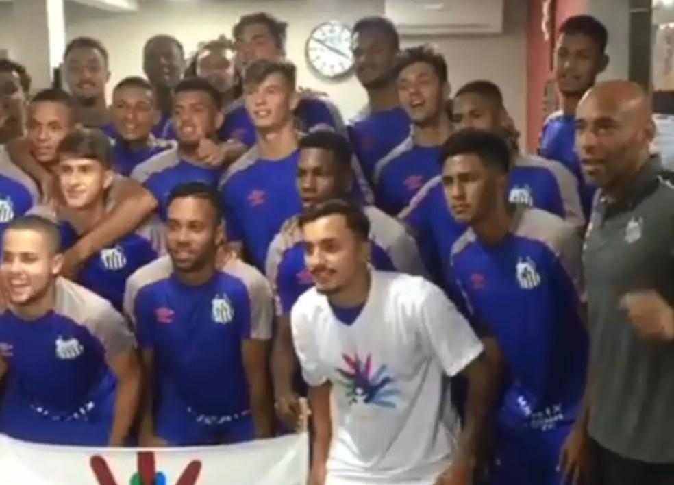 Jogadores do Santos doam camisa autografada para menina de Marília que tem síndrome rara — Foto: Arquivo pessoal