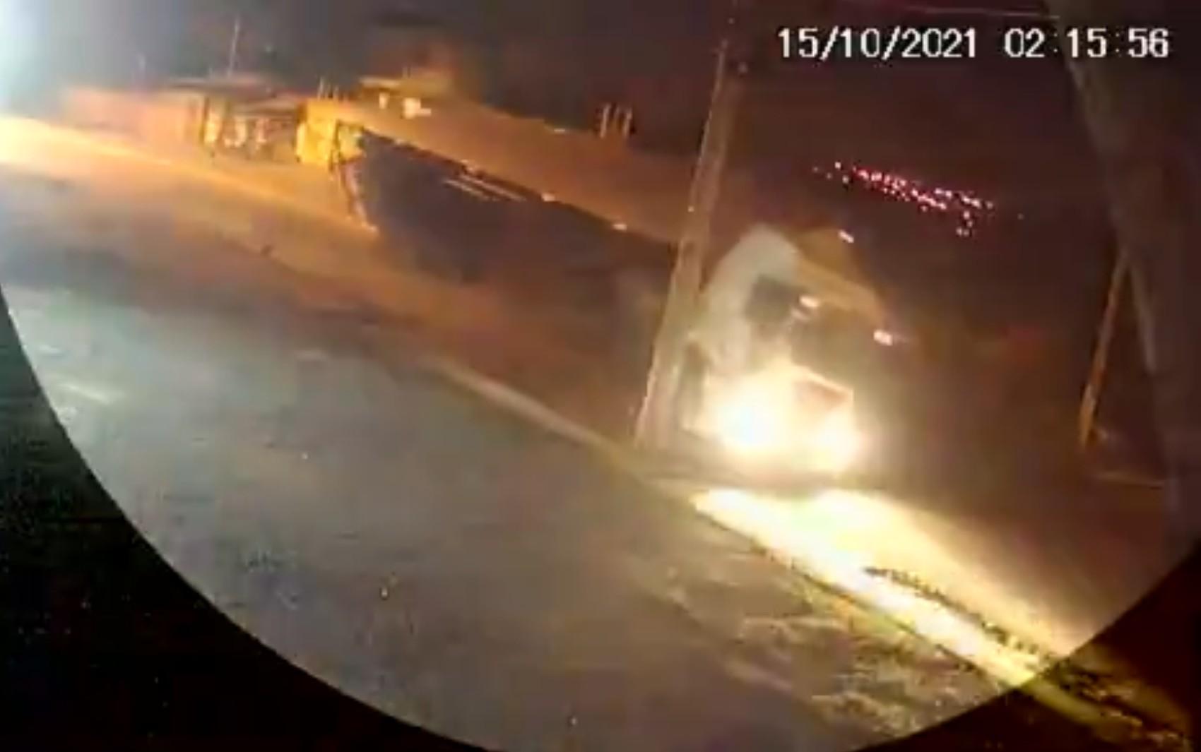 Carreta tomba e por um triz não atinge motociclista, em Senador Canedo; vídeo