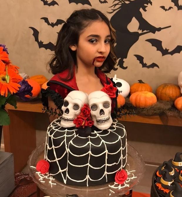Gabriela, que completou 11 anos com festa temática do Halloween (Foto: Two Sisters Festas)