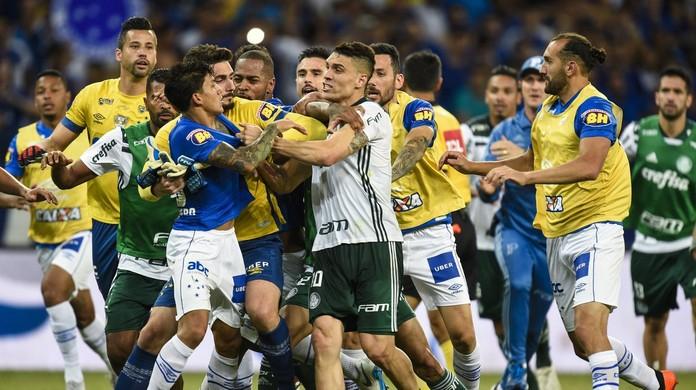 Jogadores de Cruzeiro e Palmeiras seguem com briga após o jogo  Felipão  provoca  cb0b8bc1ae9ed