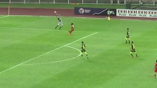 No Campeonato da Malásia, goleiro falha feio e vê o time ser derrotado por 3 x 1