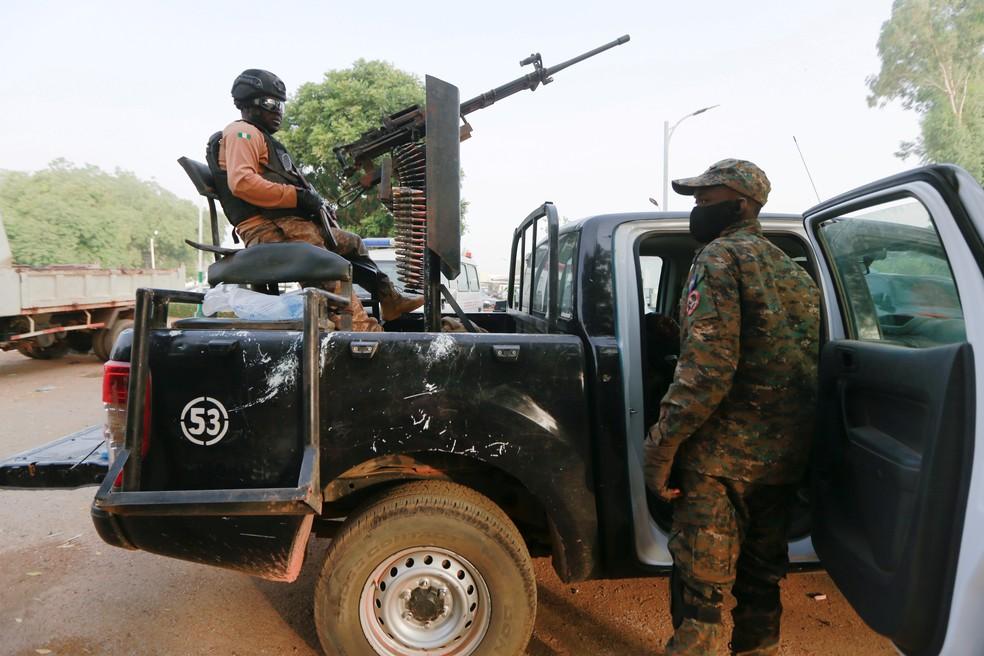 Soldado em um carro que foi usado no resgate de garotas que haviam sido sequestradas na Nigéria, em 12 de março de 2021 — Foto: Afolabi Sotunde/Reuters