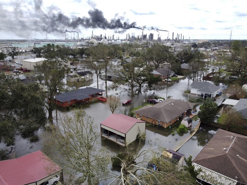 Casas alagadas perto de Norco, no estado da Louisiana, após a passagem do furacão em 30 de agosto de 2021 nos Estados Unidos — Foto: Chris Granger/The Times-Picayune/The New Orleans Advocate via AP