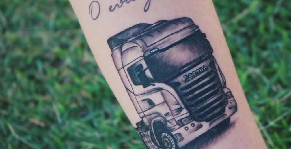 Tatuagem de caminhão que Malu fez no braço para comemorar 1 milhão de views de 'Disco arranhado' em 2020. Hoje o clipe dela tem 39 milhões de views, e o remix com Lucas Beat tem 49 milhões — Foto: Reprodução