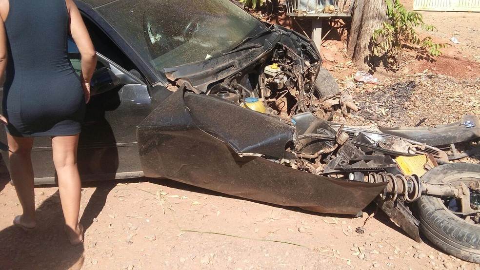 Motor saiu para fora da carcaça do carro (Foto: Alexandro Jesus Fonseca/Arquivo pessoal)