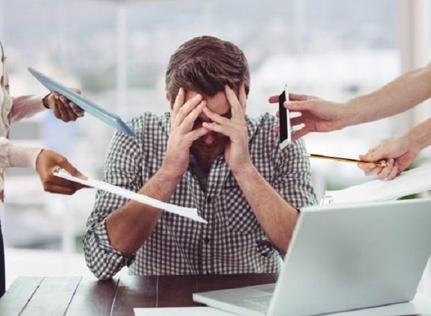 Uma pesquisa provou que fazer muitas horas extras não traz nenhum benefício ao funcionário (Foto: Freepik/ Reprodução)