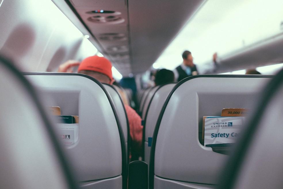 Viajar de avião se tornou uma atividade cotidiana – mas que ainda continua a afetar profundamente nossos corpos (Foto: StockSnap/Pixabay)