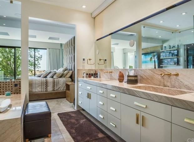 O banheiro segue os tons claros da suíte (Foto: The MLS/ Reprodução)