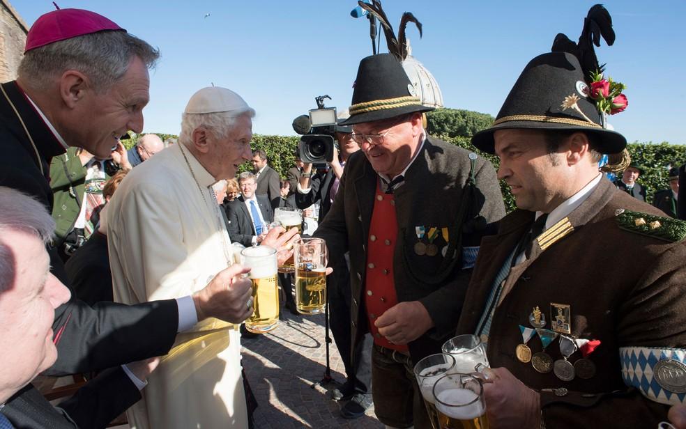 O Papa emérito Bento XVI recebe uma delegação da Bavária nas comemorações por seu 90º aniversário, no Vaticano, em 17 de abril de 2017 (Foto: L'Osservatore Romano/Pool Photo via AP)
