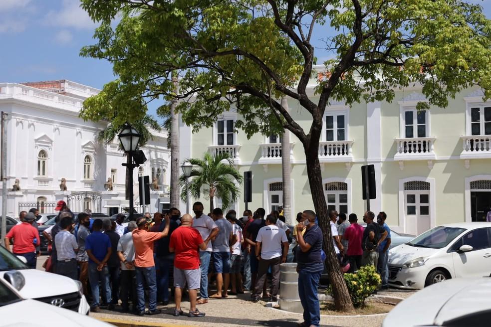 Rodoviários se reúnem em frente à sede da Prefeitura de São Luís — Foto: Matheus Soares/Grupo Mirante