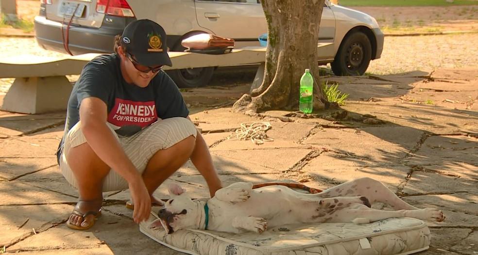 Fernando deixa único colchão do carro para Bolt brincar — Foto: Reprodução/EPTV