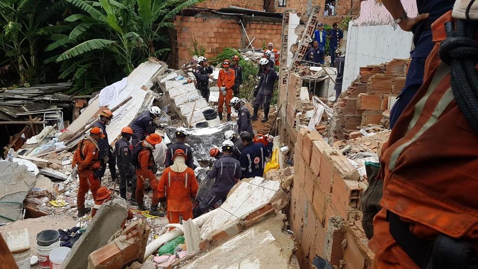 Quatro pessoas morreram e três foram resgatadas com vida após desabamento d eprédio em Pituaçu (Foto: Divulgação/SSP-BA)