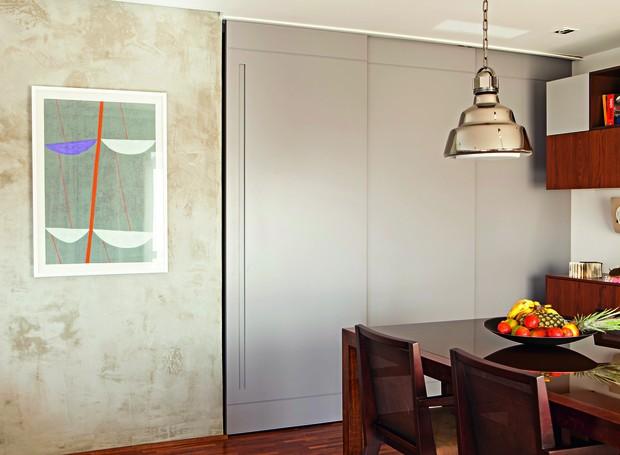 """Com duas folhas de MDF de 1,20 m de largura cada uma, ela tem pintura gofrato cinza (cor S168, da Sayerlack), que dá acabamento fosco e é mais fácil de limpar"""", diz o arquiteto Luciano Dalla Marta, do LDM Arquitetura. Quando as folhas estão abertas, é pos (Foto: Edu Castello)"""