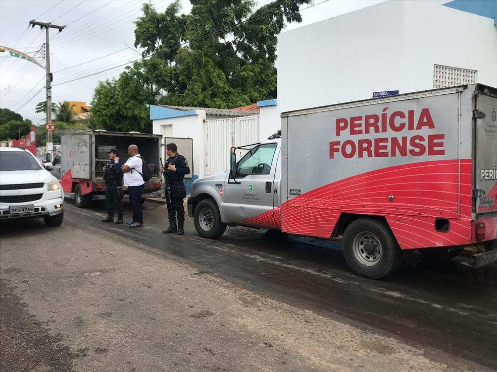 Vítimas de tiroteio foram levadas para Perícia Forense em Milagres, no Ceará — Foto: Edson Freitas