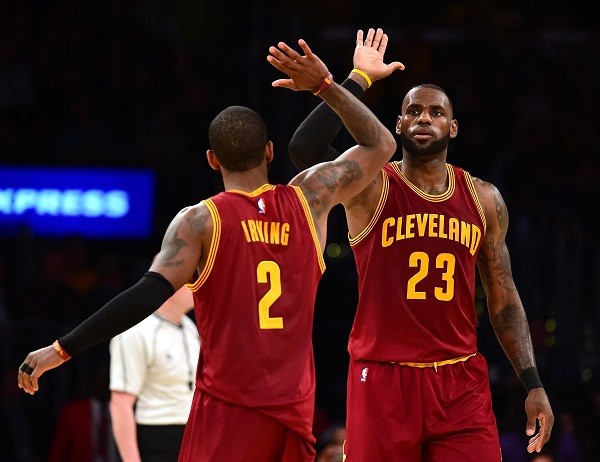 LeBron e Kyrie Irving comemoram uma cesta durante a vitória sobre o Lakers no domingo