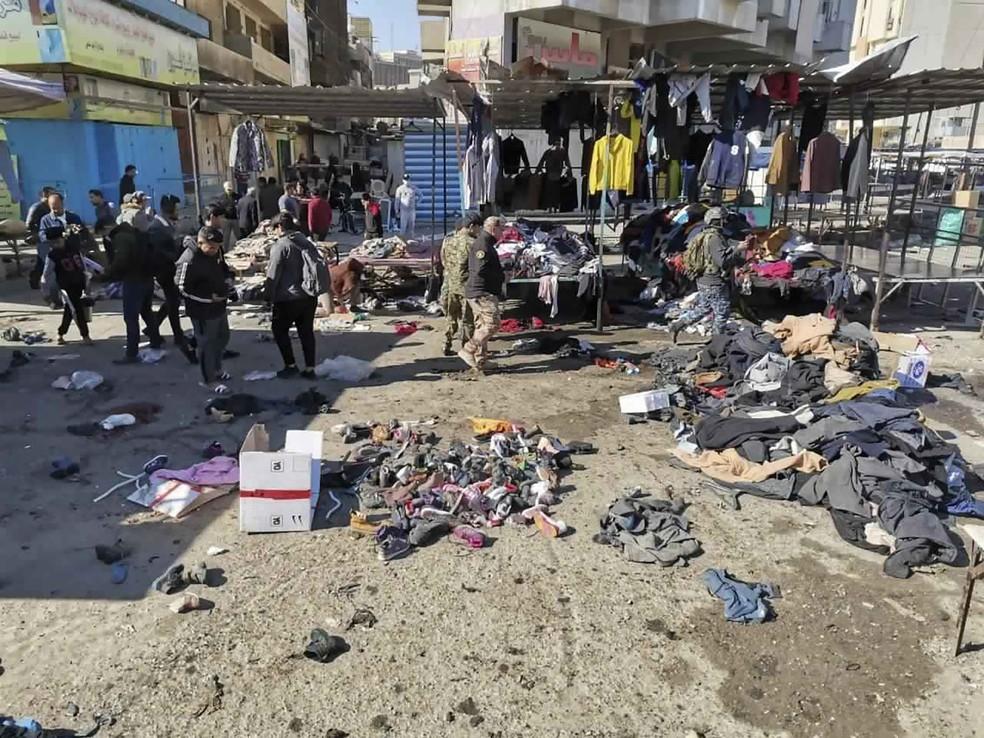 Forças de segurança no local de ataque a bomba em mercado de roupas usadas em Bagdá, capital do Iraque — Foto: Hadi Mizban/AP