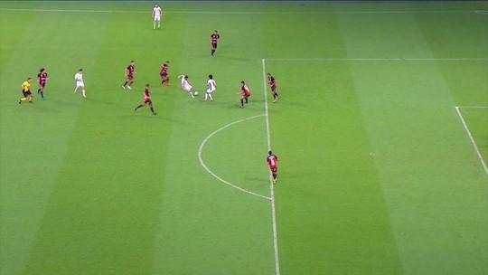 Carmona chuta de longe, e bola passa ao lado do gol, aos 31' do 2º Tempo