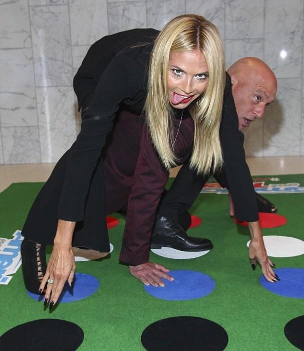 Heidi Klum jogando Twister (Foto: Divulgação)